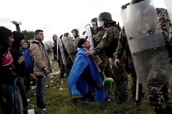 Des migrants forcent le passage vers la Macédoine