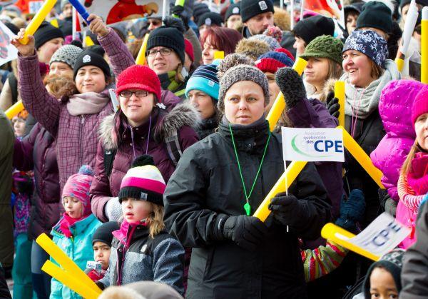 Des milliers de personnes dénoncent les coupes dans les CPE