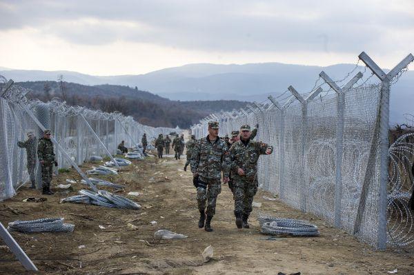 La Macédoine construit une double clôture