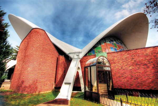 l-exposition-montreal-moderne-n-a-pas-oublie-les-caisses-populaires-et-les-eglises-futuristes-de-montreal-comme-notre-dame-de-pompei-rue-sauve