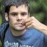 Colin a 21 ans, mais c'est un petit garçon de deux ans dans un corps d'adulte. Il souffre d'autisme sévère avec déficience intellectuelle profonde.