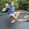 Colin est un adepte du trampoline.