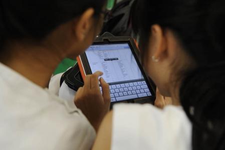 Depuis plusieurs mois, tableaux interactifs, ordinateurs portables, tablettes numériques (pour ne citer que ceux-là), Twitter et les autres se pressent devant les portes des écoles un peu partout dans le monde industrialisé, afin de mettre leur modernité au service des générations montantes. <br />