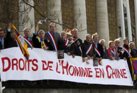 Des députés de tous les partis ont déployé une bannière et scandé «Liberté pour le Tibet» au passage de la flamme olympique devant l'Assemblée nationale française, hier, à Paris. L'inscription «Paris défend les droits de l'homme parto