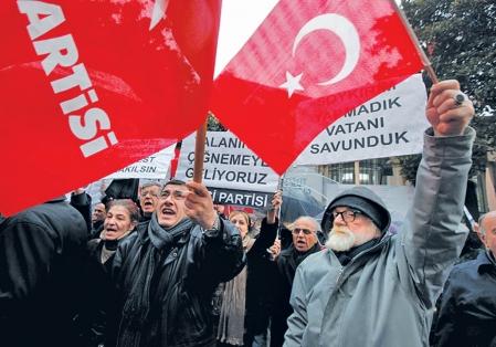 Des Turcs ont manifesté hier devant le consulat français à Istanbul.<br />