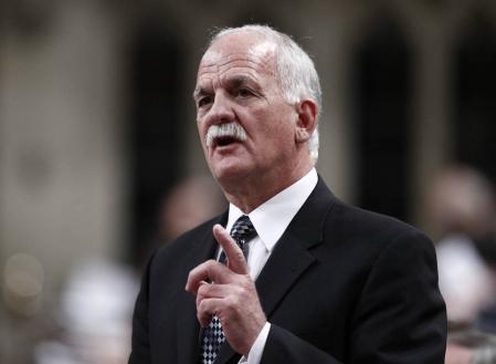 Le ministre de la Sécurité publique, Vic Toews, a déclaré que ce projet de loi n'était pas le monstre que certains critiques dépeignent. «Il ne permettra pas au gouvernement de suivre les consultations sur Internet de quelqu'un.»