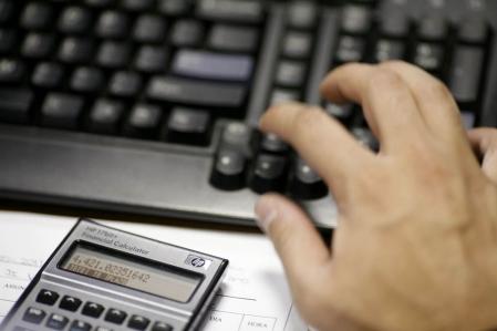 En juin 2010, le juge Denis Jacques de la Cour supérieure avait qualifié d'illégal et contraire au droit ce type d'appels d'offres qui discriminent les logiciels libres au profit des logiciels de la multinationale américaine Microsoft, et ce, dans un jugement rendu dans la cause opposant Savoir Faire Linux et la Régie des rentes du Québec (RRQ).