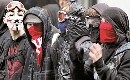 La Ville de Montréal va de l'avant avec son projet d'interdire à toute personne de se cacher le visage pour manifester dans les rues de la métropole.