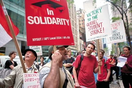 Des étudiants de la City University of New York ont participé à un rassemblement en après-midi devant les bureaux de la Délégation générale du Québec, situés au Rockefeller Center.