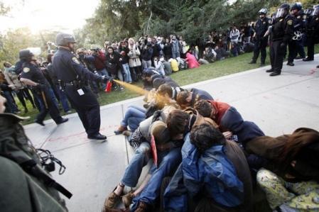 Les images de policiers projetant du gaz irritant sur des manifestants pacifiques sont devenues un symbole de ralliement du mouvement «Occupy Wall Street», qui s'est répandu dans plusieurs villes d'Amérique du Nord et ailleurs dans le monde l'an dernier. Les manifestants de UC Davis protestaient contre la hausse de leurs droits de scolarité et la brutalité policière.