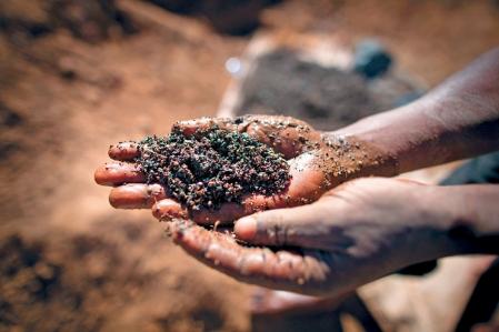 Un travailleur dans une mine de cuivre de la République démocratique du Congo. Le Canada n'a jamais donné suite à ces demandes du rapport d'experts mandatés par l'ONU en 2002, qui recommandait aux États d'enquêter sur les sociétés soupçonnées d'avoir profité du pillage des ressources au Congo pendant la guerre.