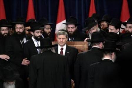 S'adressant à des membres du groupe ultra-orthodoxe Chabad Lubavitch, le premier ministre Stephen Harper a rendu hommage hier aux victimes des attentats de Mumbai, en Inde. Six des quelque 170 victimes étaient juives.