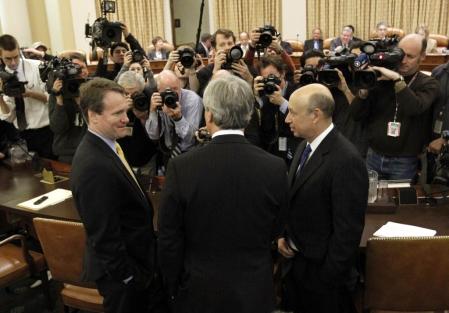 Brian Moynihan, le p.-d.g. de Bank of America (à gauche), Jamie Dimon, le p.-d.g. de JPMorgan Chase (de dos, au centre), et Lloyd Blankfein, le p.-d.g. de Goldman Sachs (à droite), discutent à leur arrivée au Congrès pour témoigner devant la commission d'enquête sur la crise financière.