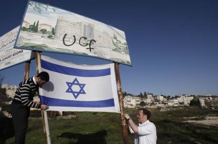 Des activistes israéliens de droite ont planté un drapeau il y a quelques jours à Jérusalem-Est.