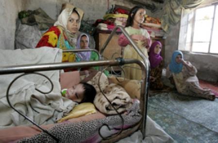 Une famille dans un camp de r?fugi?s pr?s de Bagdad. Les civils sont les premi?res victimes innocentes de la guerre qui se poursuit en Irak.