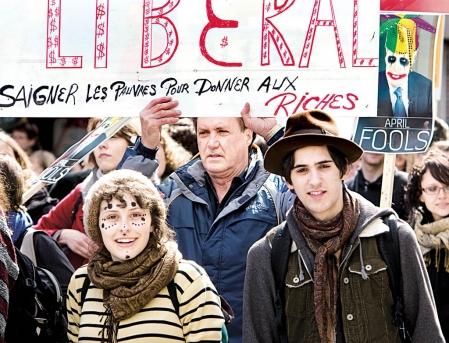 Quelques milliers de manifestants sont descendus dans les rues de Montréal hier pour dénoncer le gouvernement Charest.