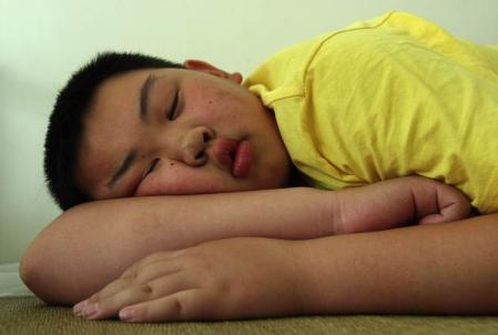 Durant leur sommeil, les enfants anxieux ont une fréquence cardiaque plus élevée et prennent beaucoup plus de temps à s'endormir que les enfants sans troubles d'anxiété.