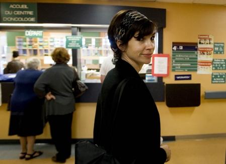À la fois patiente et messagère entre les différents départements d'hôpitaux, Véronique Lettre, 38 ans, a mêlé une bonne dose d'humour à sa chimiothérapie. Si le rire est guérisseur, pas de doute, elle est sauvée.<br />