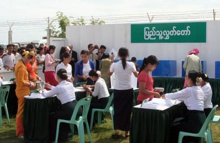 Le gouvernement birman a organisé hier, pour les diplomates et les journalistes, une démonstration du processus de scrutin.<br />