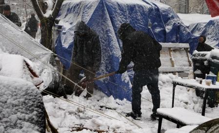 Le camp des Indignés de Montréal était couvert de neige ce matin.