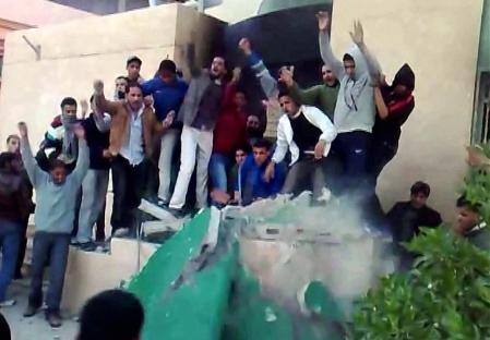 Cette photo prise à partir d'une vidéo montre des manifestants antigouvernementaux à Tobrouk, en Libye.<br />