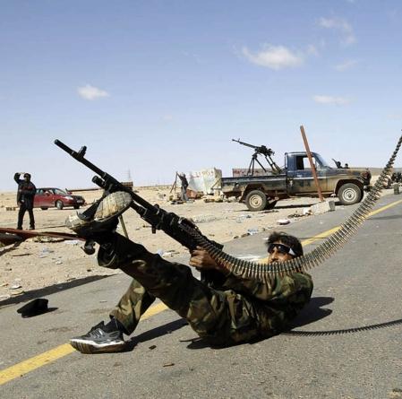 Un combattant rebelle réplique à un raid de l'aviation libyenne à Ras Lanouf.<br />