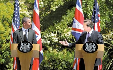Barack Obama (à gauche) en compagnie de David Cameron hier, à Londres.<br />