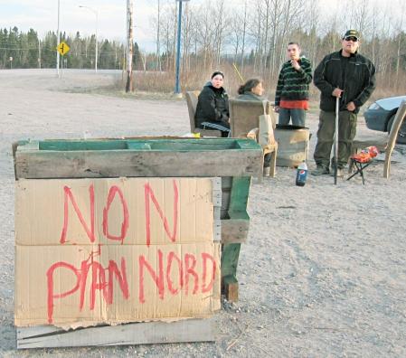 Depuis deux semaines maintenant, des citoyens innus se relaient à la sortie de la réserve de Betsiamites, des pancartes plantées à côté d'eux. <br />