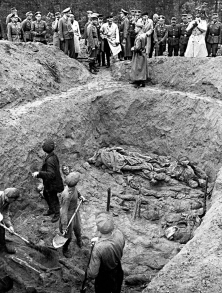 Des officiers allemands font déterrer une fosse commune dans la forêt de Katyn, au printemps de 1943, remplie de cadavres d'officiers polonais abattus en masse par le NKVD soviétique en avril 1940. <br />