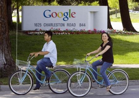 Deux cyclistes devant le siège social de Google à Silicon Valley, situé à Mountain View, Californie. <br />